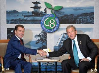 Дмитрий Медведев и Джордж Буш провели двустороннюю встречу в рамках саммита
