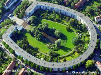 مجمع هوفأيزن للمساكن الشعبية في منطقة نويكولن البرلينية الذي بُني في الفترة ما بين 1925 و1933 بناء على تصاميم المهندسين برونو تاوت ومارتين فاغنر.