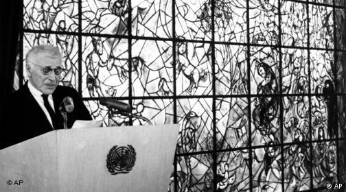 Марк Шагал выступает на фоне созданного им витража