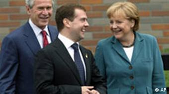 George W. Bush, Dmitry Medwedew und Angela Merkel beim G8-Treffen (AP Photo/Pablo Martinez Monsivais)
