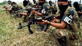 Paramilitärs vermummt und mit Maschinenpistolen bewaffnet in Bolívar, nördlich von Bogota (Foto: AP)