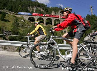 Mit Elektro-Rädern Pässe erklimmen - das wird in ganz Europa immer beliebter.