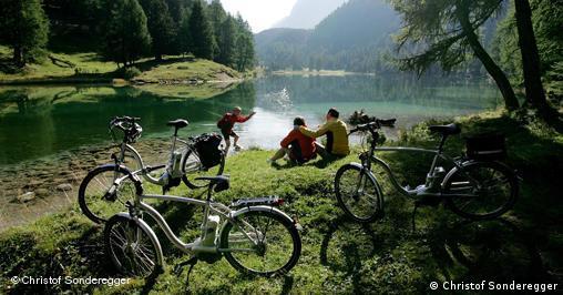Die Elektro-Bikes erobern nicht nur den Alltag: auch für Ausflüge ins Grüne werden die Räder mit Akku immer interessanter.