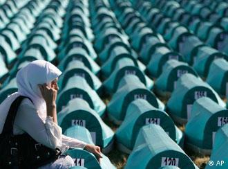 Eine bosnische Muslimin trauert an Särgen von Srebrencia-Opfern (Foto: AP)