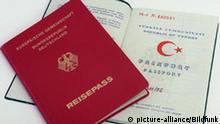 ARCHIV - Ein deutscher und ein türkischer Pass (Archivfoto vom 08.01.1998). Wer nach seiner Einbürgerung als Deutscher erneut seine frühere Staatsangehörigkeit erwirbt, dem darf der deutsche Pass wieder entzogen werden. Das Bundesverfassungsgericht hat eine entsprechende Regelung des im Jahr 2000 in Kraft getretenen Staatsangehörigkeitsgesetzes gebilligt, mit der die rot-grüne Regierung dem häufigen Missbrauch des früheren, weniger wirkungsvollen Doppelpass-Verbots einen Riegel vorgeschoben hatte. Die Neuregelung sei den Betroffenen zumutbar, heißt es in dem am Mittwoch (10.01.2007) veröffentlichten Gerichtsbeschluss. Foto: Jens Kalaene dpa (zu dpa 4097) +++(c) dpa - Bildfunk+++