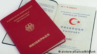 Ein deutscher und ein türkischer Pass