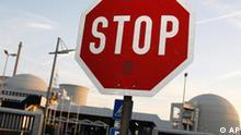 Stop Schild vor dem Kernkraftwerk in Biblis