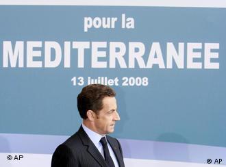 Frankreichs Präsident im Profil vor einem großen Plakat zur Mittelmeerunion