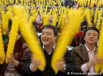 Chinesen trainieren das Jubeln und Anfeuern (Quelle: AP)