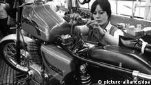 Eine Mitarbeiterin des Motorradwerkes Zschopau pr¸ft den Kabelbaum der neuen MZ-Maschine vom Typ ETZ 250. Aufnahme vom 8.10.1981. F¸r die neu entwickelte MZ-Maschine ETZ 250 begann im Motorradwerk Zschopau die Produktion in Groflserie.