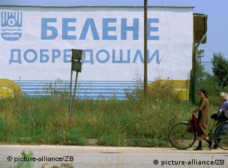 Herzlich WIlkommen steht an einer Gebäudewand im Ort Belene Bulgarien (09.07.2005/dpa)