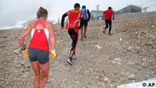 Zugspitze Zwei Sportler brachen nach einem ploetzlichen Wetterwechsel in etwa 2.800 beziehungsweise 2.700 Metern Hoehe erschoepft zusammen und starben noch auf der Strecke.