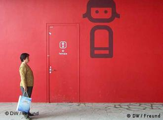 رنگ سرخ در چین همه جا به چشم میخورد و معنای خوشبختی و ثروت میدهد. آیا ایستادن در آستانهی آن خوشبختی به دنبال خواهد داشت؟ (عکس از آرشیو)