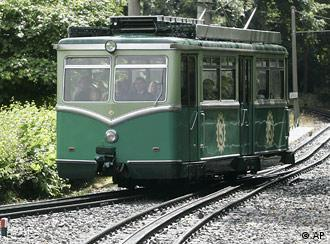 The Drachenfels rack railway in motion