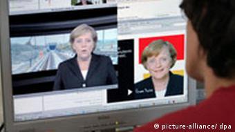 Ein Jugendlicher verfolgt am 05.09.2006 die aktuelle Videobotschaft von der Bundeskanzlerin im Internet (Foto: dpa)