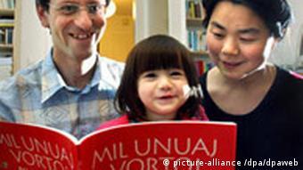 Ulrich Matthias i jego żona Nan poznali się na kongresie esperantystów w Honkongu. W domu rozmawiają z córką Christine tylko w tym języku.