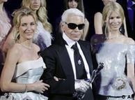 German  actress Maria Furtwaengler, left, and German model Claudia Schiffer,  right, stand next to German-born fashion designer Karl Lagerfeld,  center, during the Fashion Week in Berlin, Germany, July 19, 2008