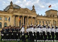 Rekruten der Bundeswehr nehmen am Sonntag (20.07.2008) vor dem Reichstagsgebäude in Berlin an dem öffentlichen Gelöbnis teil. Traditionell werden am 20. Juli jeden Jahres, der Tag des gescheiterten Attentats auf Adolf Hitler vom 20. Juli 1944, junge Soldaten auf die Bundesrepublik Deutschland vereidigt. Foto: Fabrizio Bensch dpa/lbn +++(c) dpa - Report+++