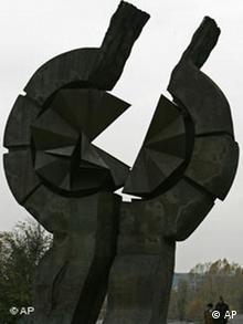 Spomenik ispred bivšeg koncentracionog logora Staro sajmište