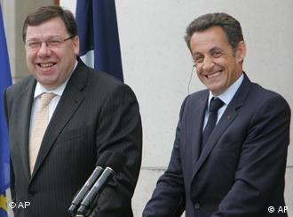 Nicolas Sarkozy (der.) y el primer ministro irlandés, Brian Cowe, en foto de archivo.