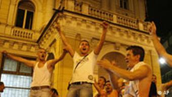 Die Bewohner feiern die Verhaftung von Radovan Karadzic