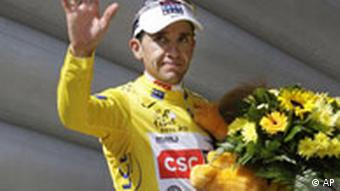 Carlos Sastre on the victor's podium