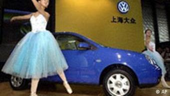 Chinesisches Balletttänzerin neben VW Polo