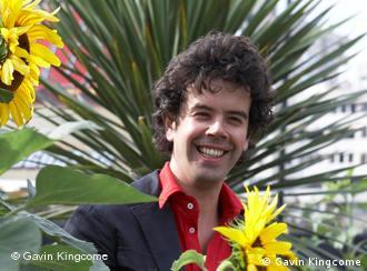 Ein Mann mit Sonnenblumen und Palmen