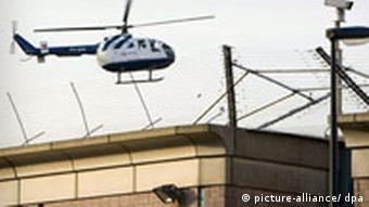 Hubschrauber über dem Gefängnis in Scheveningen, Quelle: dpa