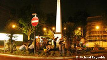 Bei Nacht wird eine Verkehrsinsel bepflanzt. Quelle: Richard Reynolds