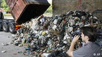 Kamion istrpava gomilu smeća na ulicu