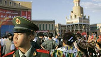 Chinesischer Officier wacht am Aitigar Square
