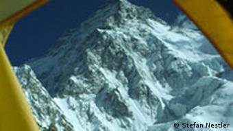 Blick aus dem Zelt im Basislager auf den König der Berge Quelle: Stefan Nestler