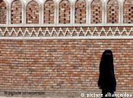 Франция иска да наказва мъжете, които задължават жените си да носят бурка