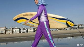 Muslima in Burkini am Strand von Newport Beach, Kalifornien, Foto: ap