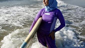 Muslima in Burkini am Strand von Newport Beach, Kalifornien