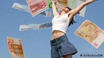 Fotomontage: Frau springt in die Luft unter einem Regen aus Geldscheinen