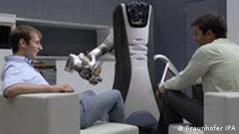Der Care-O-Bot III des Fraunhofer Instituts reicht Getränke, Quelle: Fraunhofer Institut