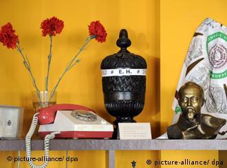 Lembranças da RDA e uma urna com as iniciais E.H. (Erich Honecker)