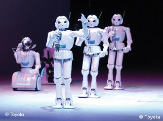 Mehrere weiße Roboter mit Instrumenten vor schwarzem Hintergrund