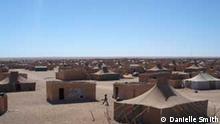 Smara camp2.jpg Saharawi refugee camp Smara, one of 4 major camps where around 40,000 Saharawi refugees live in South West Algeria near the town of Tindouf. Each of the four camps is named after a town in Western Sahara. Das Sahauri Flüchtlingslager Smara ins Süd-west Algerien, in der Nähe der Stadt Tindouf. Hier leben 40 000 Flüchtlinge. Smara ist eins von vier großen Lagern, in denen insgesamt 200.000 Saharische Flüchtlinge in Algerien leben. Viele Sahuris flohen 1976, als Marokko die frühere spanische Kolonie Westsahara besetzte. Die Exilregierung der Demokratischen Repubolik Sahara, die von Marokkon nicht anerkannt wird, hat ihren Sitz in Tindouf.