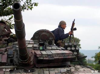 Грузинский солдат на башне танка, 9 августа 2008 года