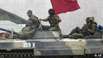 Russland Soldaten rollen mit Panzer nach Georgien