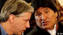 Bolivien Referendum Evo Morales mit Alvaro Garcia Linera. Bolivia's President Evo Morales, right, talks to his Vice President Alvaro Garcia Linera during a news conference at the presidential palace in La Paz, Saturday, Aug. 9, 2008. Morales will face a referendum vote on Sunday on whether he and Bolivia's governors should stay in power. (AP Photo/Juan Karita)