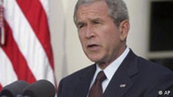 George W. Bush am Rednerpult vor US-Flagge (Foto: AP)