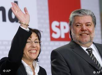 Kurt Beck, chairman of the German Social Democratic Party SPD, right, smiles while the SPD top candidate of the state elections in Hesse, Andrea Ypsilanti, left, waves