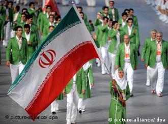 هما حسینی پیشاپیش کاروان ورزشی ایران در المپیک ۲۰۰۸ در حال حمل پرچم