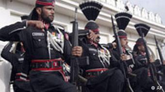 Paramilitärs bei einer Parade (Quelle: ap)
