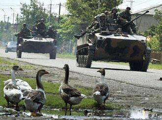 تانکهای روسی در گرجستان − ولادیمیر پوتین رئیس دولت روسیه قصد دارد ارتش روسیه را تقویت کند