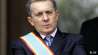 Kolumbiens Präsident Uribe mit Scherpe bei einer Zeremonie (Foto: AP)